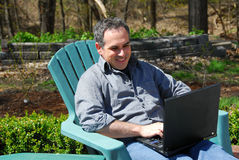 человек компьютера снаружи Стоковое фото RF