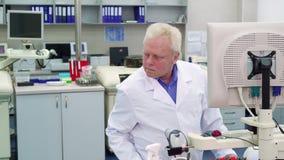 Человек контролирует некоторый процесс на лаборатории стоковая фотография rf