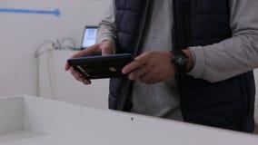 Человек контролирует робот DIY hexa видеоматериал