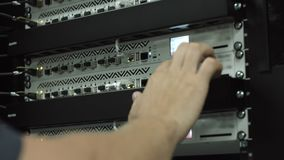 Человек контролирует шкаф с жесткими дисками сток-видео