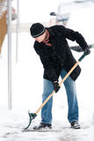 человек копая снежок Стоковая Фотография RF