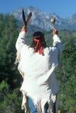 Человек коренного американца выполняя церемонию Стоковые Фото