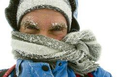 Человек, который замерли в внешней зиме стоковая фотография rf
