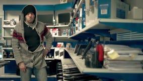 Человек крадет магазин клавиатуры сток-видео