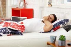человек кровати зевая Стоковые Фотографии RF