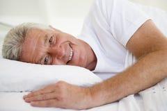 человек кровати лежа стоковые изображения rf