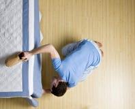 человек кровати любознательний peering underneath Стоковая Фотография