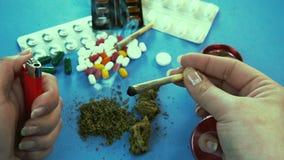 Человек куря медицинское соединение марихуаны Таблетки на предпосылке видеоматериал