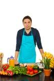 человек кухни стоя молод стоковая фотография