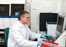 человек лаборатории компьютера Стоковое Изображение RF