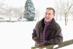 человек ландшафта вне старшего положения снежка Стоковое Изображение