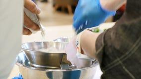 Человек льет молокозавод в смесь проектов шеф-повара стрейнера видеоматериал