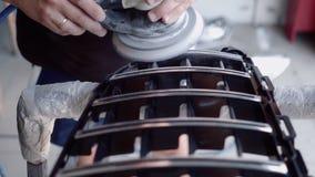 Человек мелет решетка перед красить сток-видео