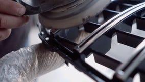 Человек мелет решетка перед красить акции видеоматериалы