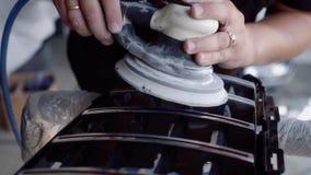 Человек мелет решетка перед красить видеоматериал