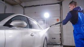 Человек моет автомобиль с высокой водой давления акции видеоматериалы
