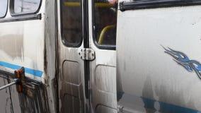 Человек моет грязный автобус на открытом воздухе акции видеоматериалы
