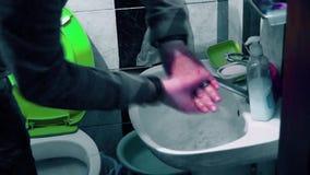 Человек моет его руки в ванной комнате сток-видео