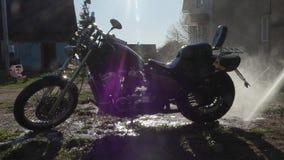 Человек моет мотоцикл с высоким уборщиком давления видеоматериал