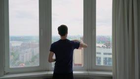 Человек моет окно акции видеоматериалы