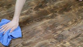 Человек моет половую тряпку Мужская рука обтирает ламинат, домоустройство ` s людей, замедленное движение видеоматериал