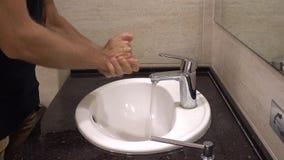 Человек моет руки видеоматериал