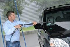Человек моет стиральную машину мойки машин машины пены на станции Стоковое Изображение