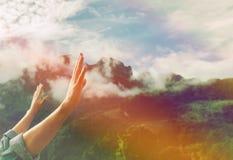 Человек молит в утре на горе стоковое фото rf