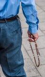 Человек молит розарий Стоковые Фото