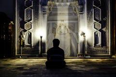 Человек моля в мечети стоковое изображение rf