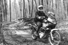Человек мотоциклиста сидит на мотоцикле приключения С дороги Отключение мотоцикла enduro путешествуя, спорт перемещения образа жи стоковые фото