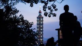 Человек наблюдая башню Тайбэя 101 Стоковые Изображения
