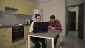Человек надомного труда с телефоном и женщиной с компьтер-книжкой видеоматериал