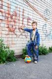 человек надписи на стенах стоит молодым Стоковое Фото