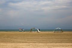 Человек нажимает его тележку еды на пляже пустыни стоковые изображения rf