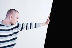 человек нажимая стену Стоковое фото RF