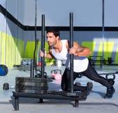 Человек нажима скелетона Crossfit нажимая разминку весов Стоковые Фотографии RF