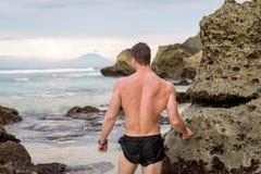 Человек наслаждаясь видом на океан bali Индонесия Стоковое Изображение