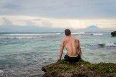 Человек наслаждаясь видом на океан bali Индонесия Стоковая Фотография