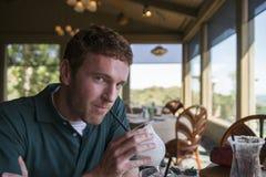 Человек наслаждаясь вкусным напитком Стоковое Фото