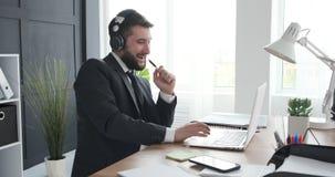 Человек наслаждаясь пока слушающ и поющ музыку на офисе видеоматериал