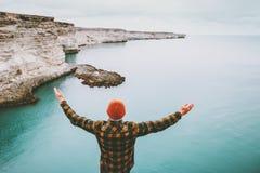 Человек наслаждаясь холодными вида на море руками самостоятельно поднятыми Стоковое фото RF