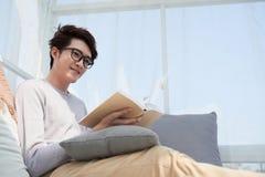Человек наслаждаясь читать Стоковые Фото