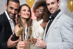 Человек, на бутылке отверстия Нового Года или вечеринки по случаю дня рождения шампанского Стоковое Фото