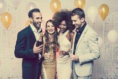 Человек, на бутылке отверстия Нового Года или вечеринки по случаю дня рождения шампанского Стоковые Изображения
