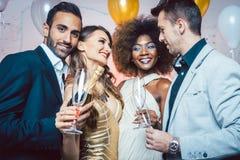 Человек, на бутылке отверстия Нового Года или вечеринки по случаю дня рождения шампанского Стоковое Изображение