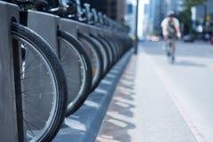 Человек на велосипеде ехать вниз с улицы города в Торонто около велосипеда r Стоковые Фотографии RF