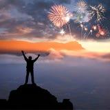 Человек на горе и феиэрверках Стоковое Фото