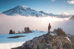 Человек на горном пике смотря на долине горы с облаками нижнего яруса на красочном восходе солнца в осени в национальном парке Mo стоковая фотография rf