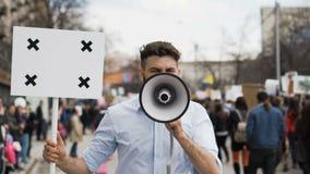 Человек на демонстрации с знаменем с пунктами для отслеживать для того чтобы скопировать текст космоса